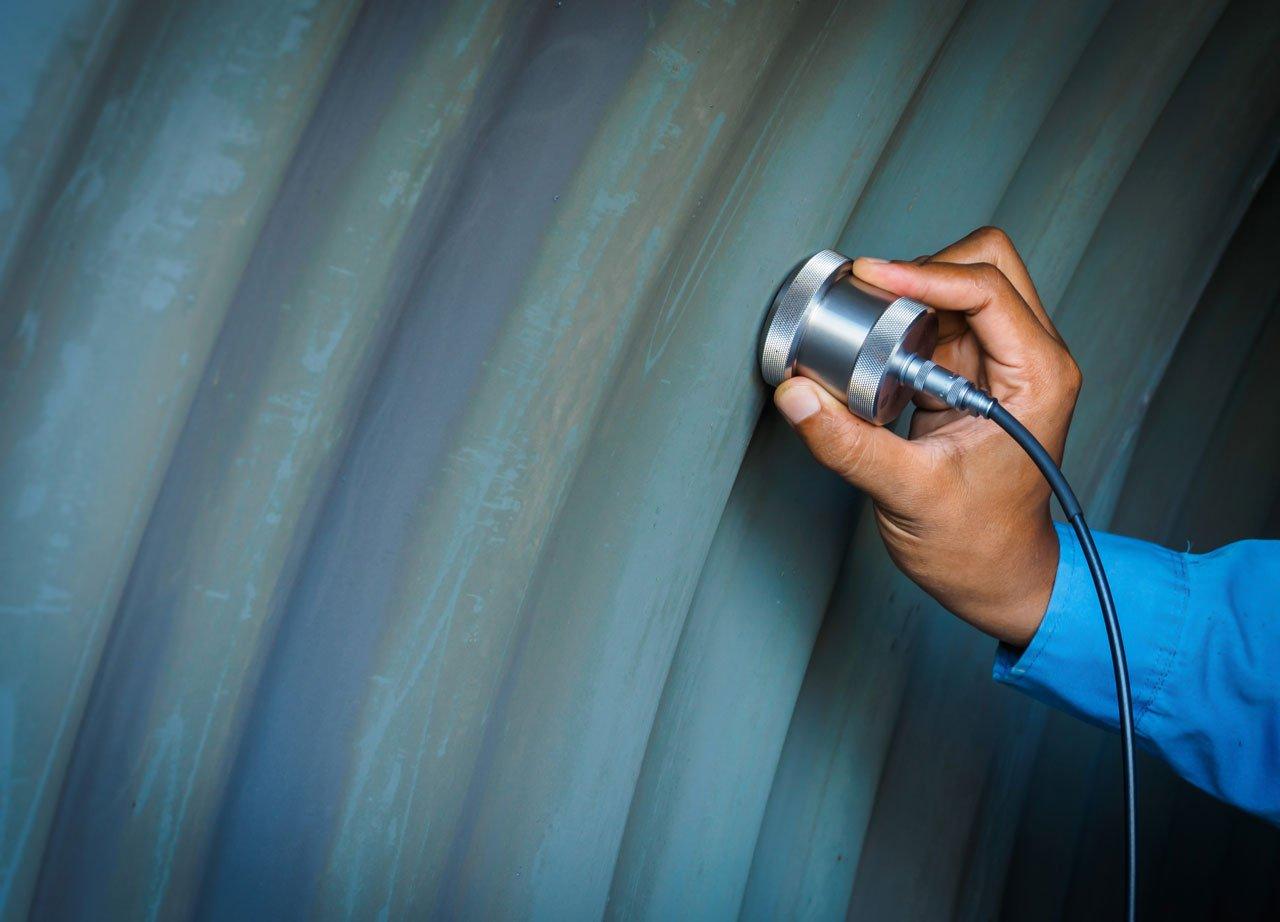 Inspektor verwendet Ultraschallprüfmaschine zur Untersuchung von Fehlern in der Stahlstruktur.