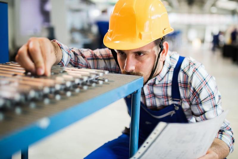 Vorgesetzter, der die Qualitäts- und Produktionskontrolle in der Fabrik durchführt