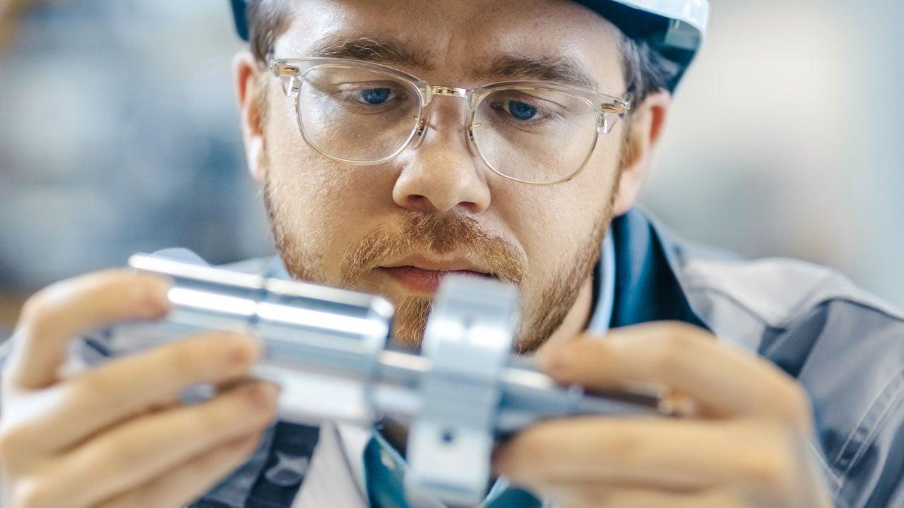 Nahaufnahme der Trachtenklassen des Wirtschaftsingenieurs und Hard Hat verbindet zwei Komponenten