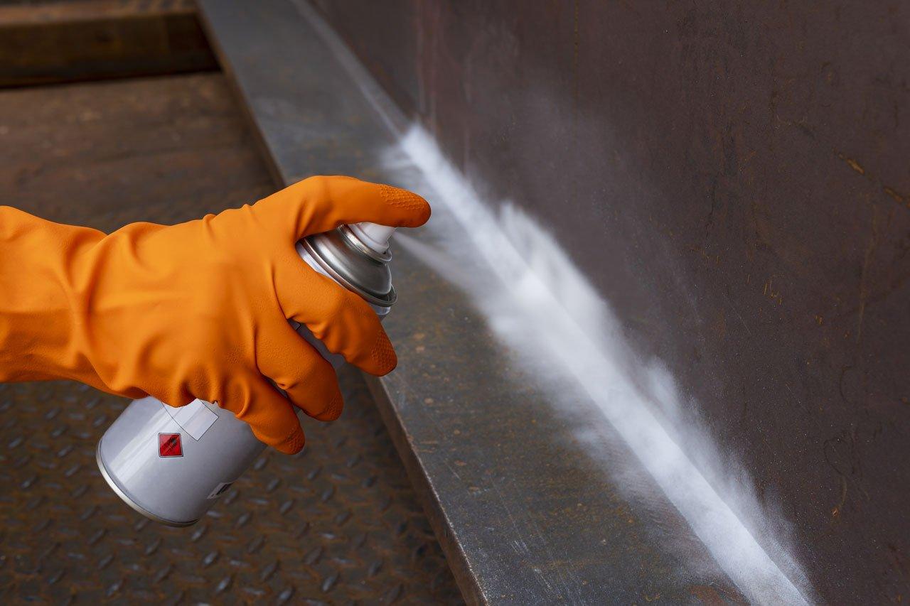 Schritt zur Verwendung von Spray White Contrast auf der geschweißten Oberfläche vor der Durchführung der zerstörungsfreien Prüfung (NDT)