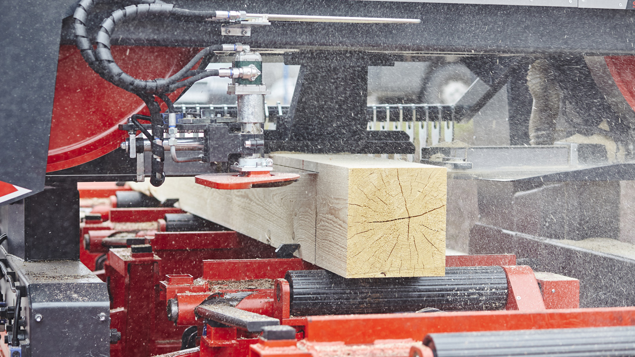 Sawing boards from logs in optimal conditions