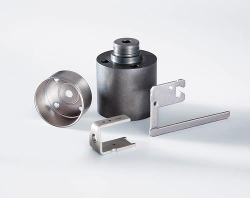 Verschiedene Ersatzteile aus Aluminium und Eisen